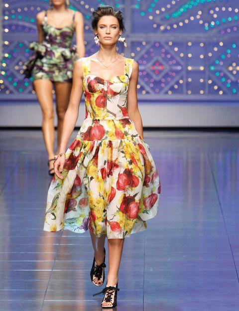 <p>Algunos diseñadores cambian el menú de esta temporada para presentar prendas cargadas de sustancia, como<strong> Dolce y Gabbana</strong> con sus vestidos <i>fifties</i> estampados con macedonias de frutas y flores, y <strong>Moschino Cheap & Chic</strong> con fresas.</p>