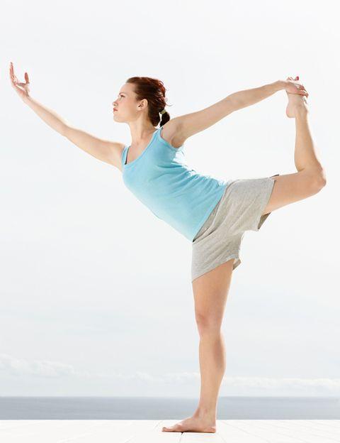 """<p> Es <strong>el estilo de yoga más practicado en Occidente y el origen de la mayoría de las disciplinas actuales</strong>. Hatha es el yoga de la fuerza y la energía y tiene su origen en el tantrismo, un movimiento socio-cultural y espiritual que surgió en la India en la Edad Media.<br /> <strong>Efectos en tu cuerpo.</strong> Practicando Hatha Yoga fortalecerás tu cuerpo, tonificarás tu musculatura de forma equilibrada, activarás tu metabolismo y aumentarás tu energía gracias a los pranayamas o respiraciones. <strong>Cada asana tiene unos beneficios específicos sobre el organismo</strong>, estimulándolo desde dentro y mejorando tu salud desde el primer día.<br /> <strong>Efectos en tu mente.</strong> Las asanas y los pranayamas te harán desconectar del mundo y conectar con tu parte más espiritual, lo que te proporcionará calma, equilibrio entre cuerpo y mente, serenidad y autocontrol sobre las emociones. <br /> <strong>Cómo es una clase.</strong> Suelen durar hora y media y comienzan con los Saludos al Sol, un calentamiento que te prepara para la práctica de las 14 asanas. Siempre realizarás postura y contrapostura, intercalando posiciones de relax que irán llevando tu cuerpo y tu mente a la calma. La clase termina con una relajación de unos diez minutos, lo que te ayudará a recuperarte, p<strong>reservar tu energía y terminar absolutamente relajada y sonriente.</strong><br /> <strong>Para quién.</strong> Hatha es el estilo perfecto para iniciarse en la práctica del yoga, ya que te proporcionará la base para practicar cualquier otro tipo. Cada postura tiene variantes sencillas y más exigentes, por lo que es apto para todo el mundo. En los centros de yoga hay clases para principiantes, medias y avanzadas, para quienes buscan una práctica más exigente físicamente.<br /><strong>Dónde. </strong><a href=""""http://yogaestudio22.com/yoga-valencia/index.php?idioma=es"""" target=""""_blank"""">Yoga Estudio 22</a>, en Valencia, <a href=""""http://www.city-yoga.com/"""" target=""""_blank"""">City"""