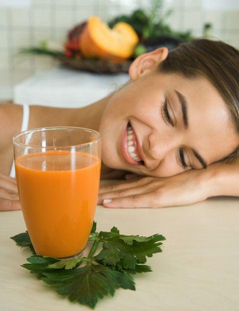 <p><strong>Necesitas un cóctel antioxidante y rico en betacarotenos para potenciar tu bronceado</strong> y proteger tu piel de los efectos nocivos de las radiaciones solares. Echa en tu batidora un par de zanahorias, un tomate, un trozo de papaya, unas hojas de espinaca y una rama de brécol. Si no te gusta el sabor de las verduras licuadas hazlo sólo con fruta: <strong>albaricoques, naranja, mango y papaya</strong>.</p>