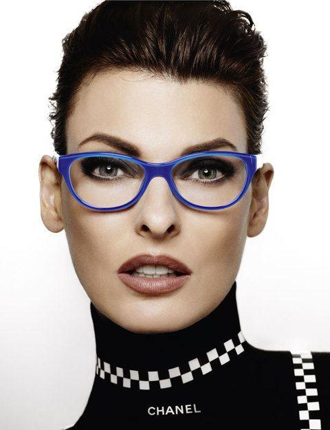 <p>UNas gafas graduadas de color azul son suficientes para dar luz a un rostro como el de Linda Evangelista.</p>
