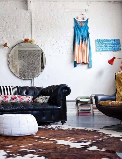 <p>Objetos muy heterogéneos se entrelazan en armonía: asientos de cuero negro aliados con alegres telas florales, piezas vintage, un vestido...</p>