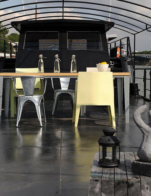La mesa en cubierta es perfecta para comidas y agradables sobremesas.