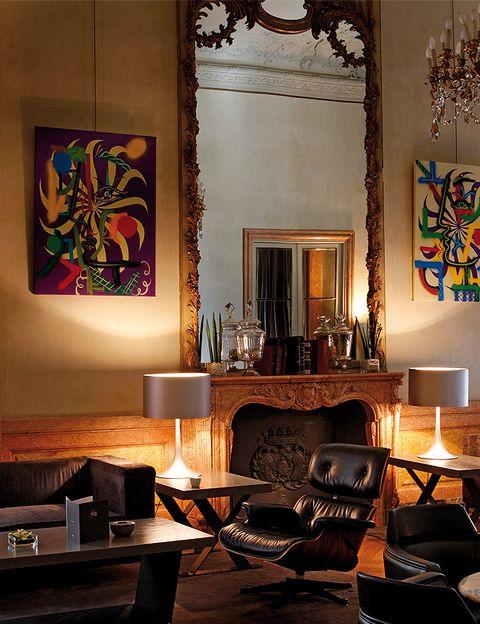 <p>También sucumbirás a su interminable carta de cócteles con combinados de sugerentes nombres – <strong>el Cóctel de la nieve, el Royal Mojito o el Mint Daiquiri</strong> –. De fondo, la música <strong> <i>chill-out</i> </strong> <strong> del lounge</strong> del hotel, <strong>The Suite Bar</strong>, punto de encuentro de la noche madrileña.</p>