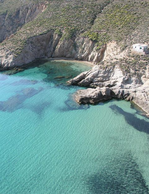 """<p><strong>La más desconocida de las islas cícladas es el refugio ideal para una estancia 'slow'.</strong></p><p>El nirvana, con playas anónimas y pueblos blancos, toma forma en esta isla de contrastes a cinco horas de El Pireo en ferry (<a href=""""http://ferries-greece.com"""" target=""""_blank"""">ferries-greece.com</a>). Apenas tiene mil habitantes y se ha mantenido fuera del turismo masivo. Sin embargo, su pueblo principal, Jora, es de los más bellos de las Cícladas. Aquí está el Rizes (hab. doble desde 150 €, <a href=""""http://hotelrizes.gr"""" target=""""_blank"""">hotelrizes.gr</a>), un hotel de 16 habitaciones que el arquitecto griego Yorgos Zafiriou ha edificado sobre los antiguos refugios de los mineros del hierro de la zona. Encanto ecológico para una escapada de relax que se anima en el pueblo de Livadhi, con tabernas como la colorista Kalis en la que se come un exquisito pescado fresco. No dejes de visitar el escondido Panaghia, donde tienen la mejor miel y el mejor queso de cabra de toda Grecia. </p>"""