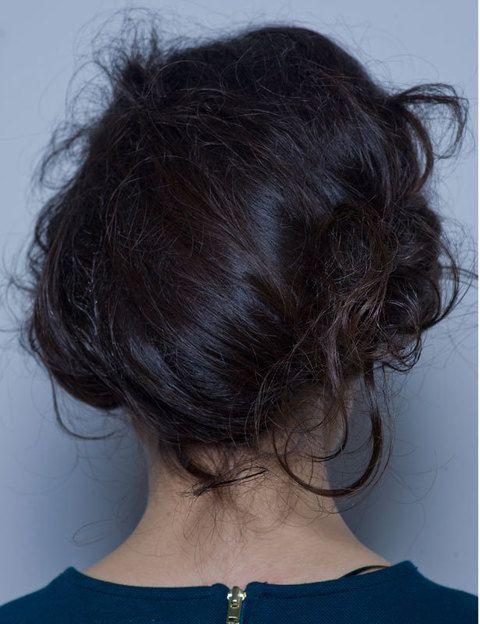 <p>Si no tienes mucho pelo o volumen lo mejor es que utilices un postizo. Tápalo con tu pelo y saca algunos mechones de forma aleatoria.</p>