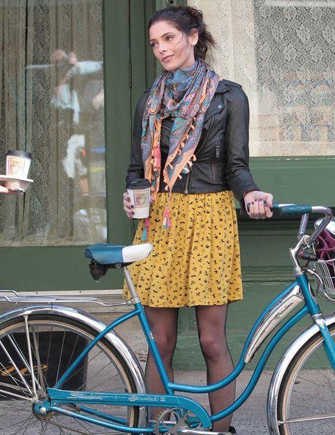 """<p>Si has decidido adoptar un estilo de vida respetuoso con el medio ambiente, <strong>la bici será tu medio de transporte ideal, perfecto parea sustituir al coche</strong> si estás harta de la contaminación. Puedes comprarte tu propia bici o apuntarte a iniciativas como el """"bicing"""", la red de alquiler de bicicletas públicas en ciudades como <a href=""""http://www.www.bicing.cat"""" target=""""_blank"""">Barcelona</a>, Valencia, Sevilla, Córdoba, Zaragoza o Bilbao. <strong>El Bicing de Barcelona</strong> evita anualmente una docena de muertes y la emisión de más de 9.000 toneladas de dióxido de carbono (CO2), según un estudio del Centro de Investigación en Epidemiología Ambiental (Creal). <strong>Cuando viajes, no encontrarás mejor forma de moverte por una ciudad nueva</strong> que en bici. Nueva York, Boston Chicago, París, Berlín, Londres… en todas ellas encontrarás puntos de alquiler de bicis que puedes dejar y coger durante el día en la zona que mejor te venga.</p>"""
