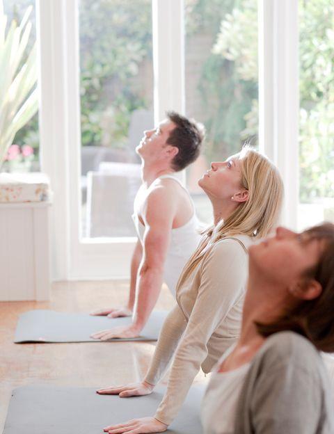 """<p> Este estilo toma como base el Hatha Yoga pero asocia las asanas en <strong>kriyas o conjuntos de posturas con un objetivo</strong>: aumentar la energía, mejorar las funciones renales, abrir el corazón, mejorar la capacidad respiratoria, activar el sistema linfático, liberar emociones. Este estilo de yoga tiene como finalidad <strong>despertar """"la kundalini"""", la energía que según sus seguidores todos tenemos retenida en la base del cuerpo</strong> y que se representa como una serpiente.<br /> <strong>Efectos en tu cuerpo. </strong>Las clases de Kundalini suelen ser muy dinámicas, lo que mejorará tu forma física y te ayudará a perder peso. Las diferentes kriyas cambiarán tu cuerpo por fuera y por dentro, estimulando tus órganos internos y ayudándote a ganar fuerza y flexibilidad.<br /> <strong>Efectos en tu mente.</strong> La combinación de los pranayamas, los mantras, los cantos, las asanas y la meditación te ayudarán a conectar con tu lado más espiritual, a mejorar tu tono vital, a liberar tus emociones, mejorar tu autoestima y conseguir autocontrol y paz interior.<br /> <strong>Cómo es una clase.</strong> Dependerá mucho del profesor, pero normalmente se realiza un calentamiento activo que incluye respiraciones muy energéticas. Durante toda la clase se intercalan cantos y mantras y toda la práctica física va encaminada a una meditación final.<br /> <strong>Para quien.</strong> Este estilo es muy recomendable para quienes están faltos de energía, quienes sufren tristeza o depresión, quienes quieren explorar y desbloquear sus emociones e iniciarse en la meditación. <strong>Si te gusta cantar, será un motivo más para probarlo. </strong><br /><strong>Dónde.</strong> <a href=""""http://www.studio-kundaliniyoga.com/"""" target=""""_blank"""">Studio Yoga Kundalini</a>, en Madrid, <a href=""""http://www.yogawestbcn.com/"""" target=""""_blank"""">Kundalini Yoga West II</a> en Barcelona o <a href=""""http://www.avagar.es/"""" target=""""_blank"""">Avagar</a> en Madrid, uno de los centros pioneros.</p>"""