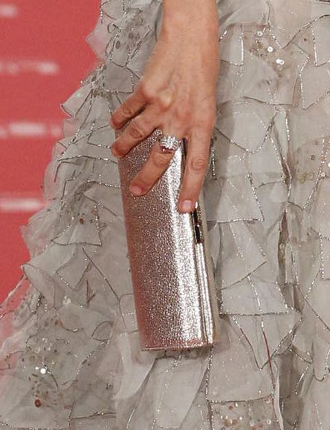 <p><strong>Cayetana Guillén Cuervo</strong> complementó su look con un clutch plateado brillante de estilo 'baguette'.</p>
