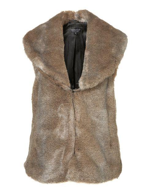 <p>Un chaleco de piel, sobre cualquiera de tus prendas te hará objetivo de las cámaras, porque siempre aporta un toque chic. <strong>Es de Topshop.</strong></p>