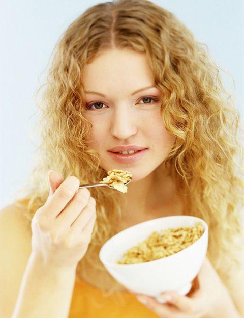"""<p><strong>Siguiendo los ritmos de tu propio cuerpo</strong> <strong>no tendrás que prescindir </strong>de ningún alimento para bajar de peso o mantenerlo, sino comer de acuerdo a tus necesidades energéticas en cada momento del día. Así, lo ideal es tomar <strong>los hidratos por la mañana, sobre todo en el desayuno, cuando """"engordan"""" menos</strong> (deja los dulces para este momento). Si has comido bien durante la primera mitad del día tu índice glucémico permanecerá estable y por la tarde tendrás menos hambre. Hacia esta hora habrá descendido la producción de <strong>cortisol, insulina y glucosa</strong>, sustancias que influyen lanzan mensajes de saciedad al cerebro. Por el contrario, aumentará la producción de colesterol y otras grasas en sangre. Mientras duermes, se incrementará la secreción de adrenalina y cortisol, preparando al cuerpo para que al despertar el nivel sea óptimo.</p>"""
