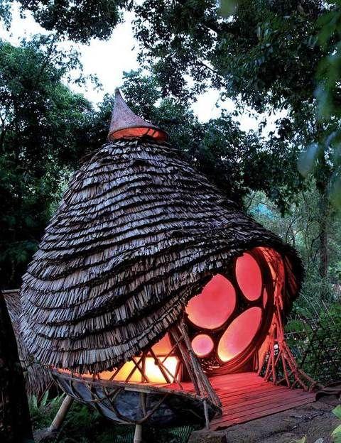 """<p><a href=""""http://www.sixsenses.com"""" target=""""_blank"""">Soneva Kiri</a> ha puesto en marcha <strong>The Den</strong>, un espacio arquitectónico ecosostenible para divertir a los niños. Se trata de una estructura de bambú suspendida en los árboles, que alberga biblioteca y sala de arte, donde los pequeños aprenden con cuidadores cualificados mientras sus padres disfrutan del <i>resort</i>. A partir del 10 de enero y hasta el 15 de abril tienen una promoción <strong>Todo Incluido</strong>, por 1.477 euros por pareja. Es para un mínimo de 7 noches, en una villa, con transporte al aeropuerto, minibar, servicio de lavandería, acceso al gimnasio y a la pista de tenis, así como actividades de <i>snorkel</i>, catas de vino y deportes en la playa.</p>"""