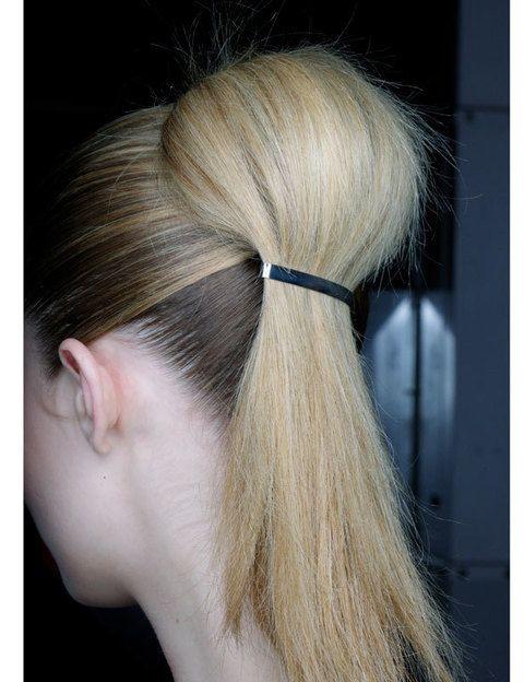 <p>Empieza con una cola de caballo alta utilizando un peine para que el pelo quede muy pegado y abomba la parte que está más cerca de la goma. Luego sólo tienes que recoger la parte que tiene más volúmen con un pasador alargado.</p>