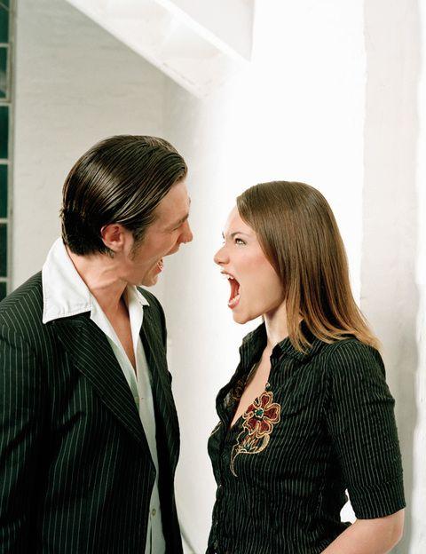 """<p>Siendo realistas, hay muchas posibilidades de que tu relación o tu matrimonio se rompan en el futuro, por lo que, como dice Purificación Puyol, autora de <i>""""Un divorcio elegante""""</i>, <strong>más que a una buena pareja """"hay que buscar un buen ex""""</strong>. Sobre todo si piensas tener hijos con él. Esto no quiere decir que comiences una relación pensando en que vas a romper, pero no está de más ponerse en el caso hipotético para valorar qué tipo de hombre o de padre sería si eso ocurriese. <strong>¿Te haría la vida imposible? ¿Se comportaría como un caballero? ¿Asumiría sus obligaciones paternales?</strong> Responder a estas preguntas te dará información muy valiosa sobre la persona que quieres y tienes a tu lado. Si crees que podrías tener una buena relación con él después de romper, entonces seguro que será una buena pareja en el presente.</p>"""