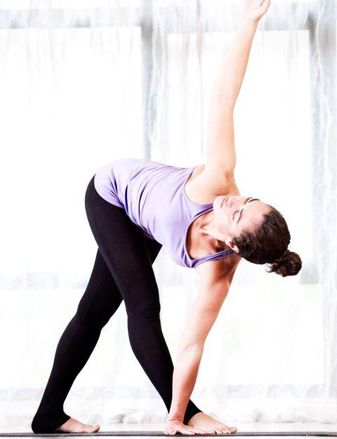 """<p><strong>Es el estilo de yoga más espiritual y profundo, una clase de la que saldrás sintiéndote mejor</strong> contigo misma. Anusara es un estilo moderno de yoga creado en 1997 por John Friend, uno de los profesores más carismáticos y reconocidos del mundo. A pesar de ser una corriente joven y creativa, se basa en los pilares del yoga y, sobre todo, en la <strong>filosofía tántrica, los principios de alineación y la Kula</strong>. En Anusara las tradicionales posturas de yoga se originan desde un intenso sentimiento interior. Este estilo de yoga se basa en unos """"principios universales de alineamiento"""" que son formas de mover la energía que afectan tanto al cuerpo energético como al físico y que se basan en el concepto de las 3 A's: Actitud, Alineamiento y Acción. La tercera clave del Anusara es la Kula, que en sánscrito significa corazón: <strong>oirás con frecuencia la expresión """"abrir el corazón"""" y la palabra alegría. Dónde.</strong> En el centro Yoga One de la cadena DiR. Tel. 902 101 979. <a href=""""http://www.dir.cat/es/"""" target=""""_blank"""">www.dir.cat</a>. </p>"""