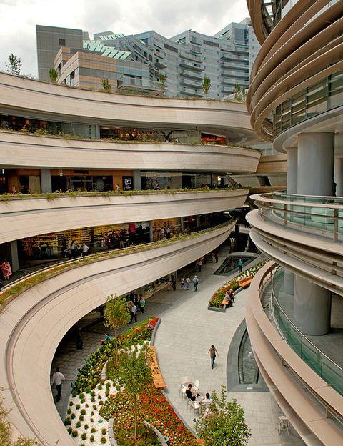 """<p>La arquitectura futurista de este centro comercial, <strong> </strong><a href=""""http://www.kanyon.com.tr"""" target=""""_blank""""> <strong>Kanyon</strong> </a>, acoge nada menos que 160 tiendas a la última, además de algunos de los bares y restaurantes más cool <i>(Büyükdere Cad., 185).</i> </p>"""
