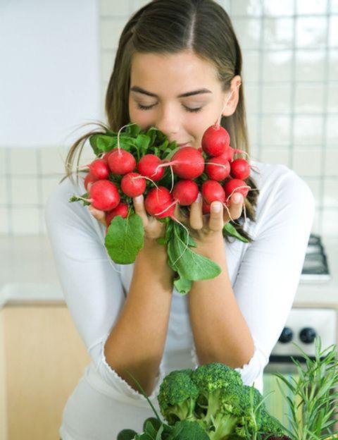 """<p>¿Cuánto influyen las emociones en nuestra forma de comer? Según Susana Cantón, """"las emociones nos influyen muchísimo, hasta el punto de que <strong>nos pueden generar hambre emocional</strong>, que es aquella que busca el alimento para producir bienestar"""". <strong>""""Se come por alegría, por tristeza, por aburrimiento</strong>, para saciar una sensación de vacío, etc."""", explica la experta. <strong>¿Y el estrés? </strong>Según la psiconutricionista, """"la tensión sostenida nos provoca un consumo energético extra y hace que nuestro cuerpo busque una fuente de aprovisionamiento: la glucosa"""". """"Es decir, ingerimos sobre todo hidratos de carbono"""". """"Debido a esto -dice-, <strong>a media tarde sobre todo se da una tendencia a comer</strong>, lo que nos acaba produciendo un incremento de peso"""".</p>"""
