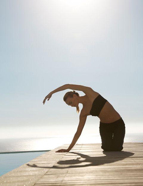 """<p><strong>Vinyasa o Flow (yoga en movimiento), </strong><strong>Power (intenso físicamente), </strong><strong>Aero Yoga (con columpios y posturas acrobáticas), </strong><strong>Anusara </strong>(el yoga que sigue al corazón),<strong> Yogilates (f</strong>usión de Yoga y el método Pilates), Yoga Integral (síntesis de los métodos tradicionales del yoga), yoga para embarazadas, para mamás y bebés, para niños, yoga terapéutico… Existen muchos estilos de yoga, seguro que hay uno que se adapte a ti. <strong>Psst. California es el lugar con más practicantes de yoga del mundo</strong> tal y como lo entendemos en Occidente. <strong>¿Quieres hacer yoga en el paraíso?</strong> Te recomendamos pasar unas vacaciones zen en <a href=""""http://www.thebodyholiday.com"""" target=""""_blank"""">The Body Holliday</a>, en la isla caribeña de St. Lucia, en <a href=""""http://www.shreyasretreat.com/shreyaspackages1.htm"""" target=""""_blank"""">Shreyas Retreat</a>, en la India o en <a href=""""http://www.haramararetreat.com/"""" target=""""_blank"""">Haramara Retreat</a>, en México.</p>"""