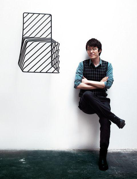 """<p>Oki Sato nació en Toronto en 1977, pero a los 10 años se mudó a Japón, donde se graduó en arquitectura en 2002. Ese año visitó el Salone delMobile de Milán y ese viaje inspirador lo llevó a fundar Nendo,&nbsp; su estudio de diseño en Tokio. Crea piezas asombrosas, minimal pero con un punto de humor, que nos hablan de loimpalpable. 10 años después vuelve a Milán para recibir su Edida a Diseñador del Año. Sobre """"Nendo"""": """"En japonés significa arcilla moldeada libremente. Refleja nuestra flexible aproximación a los proyectos, un diseño desde varios campos, y nuestra manera de pensar"""".</p>"""