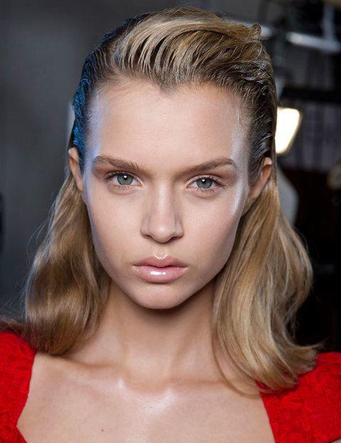 <p>Consigue elevar la zona del flequillo con un gel que te de textura y efecto mojado sólo en la raíz del pelo.</p>