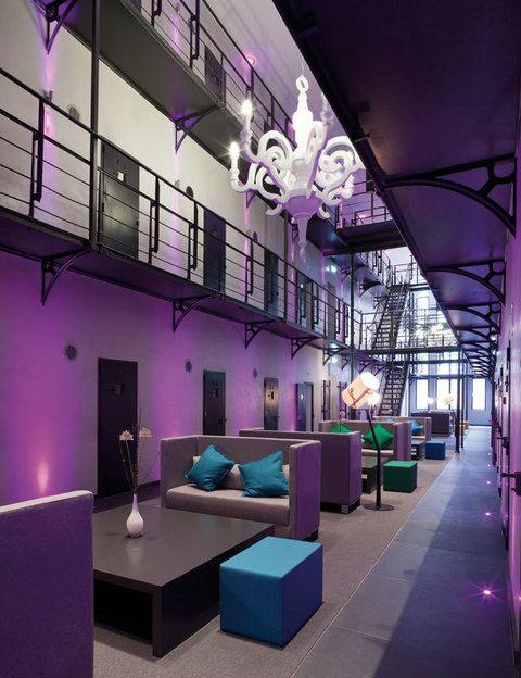 """<p>Si no has pasado nunca una noche en la cárcel puedes probar esta sensación en <a href=""""http://www.hetarresthuis.nl"""" target=""""_blank"""">Het Arresthuis</a>, en la ciudad holandesa de Roermond. El paquete de invierno te ofrece dormir en una confortable celda, un desayuno bufé, cena con 4 recetas y uso de sauna y gimnasio, por 110 euros. Si eres muy apasionado pide <strong>Love is everything</strong> (248 euros), una oferta con la que te encontrarás la cama de tu suite llena de pétalos de rosa, te servirán el desayuno antes de que te levantes, tendrás una botella de Prosecco, cenarás un menú de 3 platos en el restaurante y dispondrás de baño de vapor y <i>fitness</i>.</p>"""