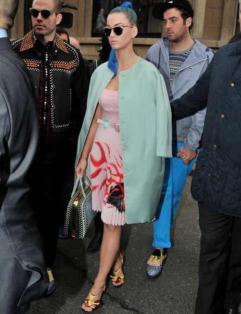 <p>De nuevo vimos muy original (y de nuevo muy seria) a <strong>Katy Perry</strong> con su abrigo con volumen verde 'mint', vestido rosa palo tableado, bolso de mano azul con tachuelas y sandalias amarillas con detalles en rojo.</p>