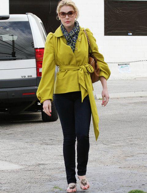 <p>Nos encantaría que <strong>Katherine Heighl</strong> trasladara su buen gusto de la alfombra roja a la calle. La actriz falla en sus looks de <i>street style</i> como éste de pantalones negros que combinó con una chaqueta color pistacho con mangas farol y cinturón XL anudado nada favorecedora. Sandalias con rosetón y bolso con tachuelas compeletaban su dudoso look. Sólo salvamos su fular <i>print</i>.</p>
