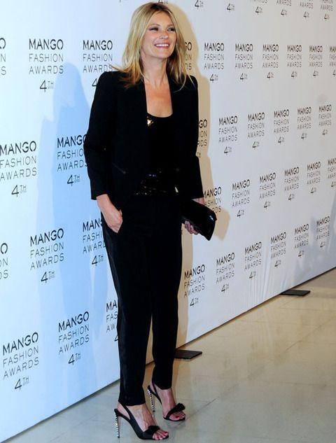 <p>Era la invitada más esperada. <strong>Kate Moss</strong> posó en el photocall muy elegante y sencilla con un total black look&nbsp;con top de paillettes y unas espectaculares sandalias con tacón joya.</p>