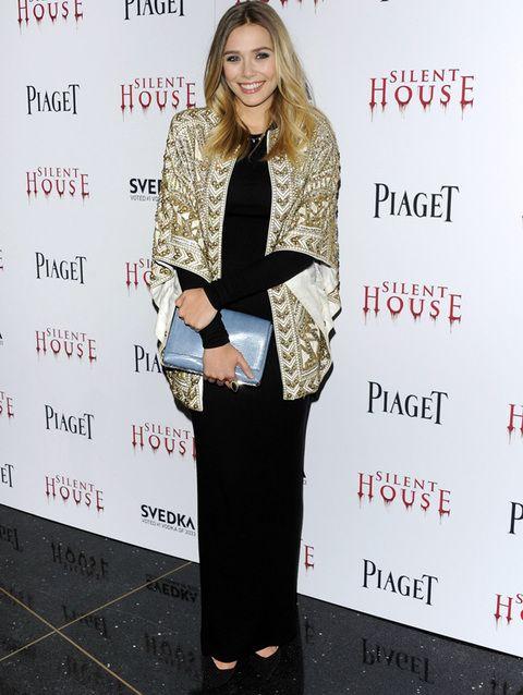 <p>¿Cómo darle el toque chic a un<i> 'total black'</i>?<strong> Elizabeth Olsen</strong> lo borda con su chaqueta brocada dorada de manga corta ancha de <strong>Balmain</strong> primavera 2012. Un <i>clutch</i> azul cielo de&nbsp&#x3B;<strong>The Row</strong>&nbsp&#x3B;crea uno de nuestros favoritos de la semana.</p>