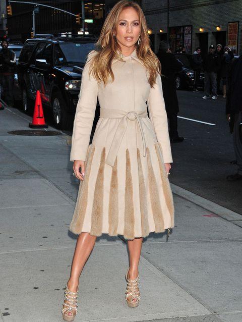 <p><strong>Jennifer Lopez</strong> se apunta al abrigo deluxe en tono nude y con detalles de pelo.</p>