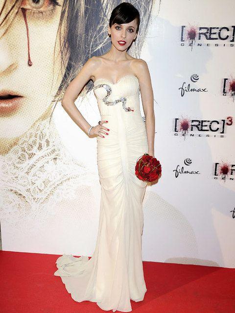 <p>Para el estreno de su último trabajo <i>'Rec 3'</i> Leticia se vistió como su personaje, de novia. Con vestido blanco de escote corazón, drapeado y con una serpiente de paillettes. La actriz añadió a su look un ramo de rosas rojas, a juego con&nbsp;sus labios y su manicura.&nbsp;</p>
