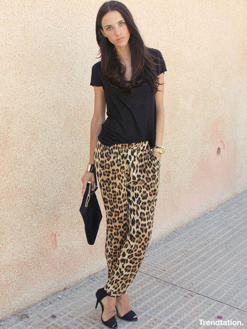 <p>Rosalia nos demuestra que no hace falta complicarse la vida para ir cómoda y a la vez llamativa y sofisticada. Los pantalones de leopardo, un hot buy de Zara, se llevan toda la atención del look ya que el resto está dominado por el negro. ¿Para qué añadir nada más?</p><p>&nbsp;</p>