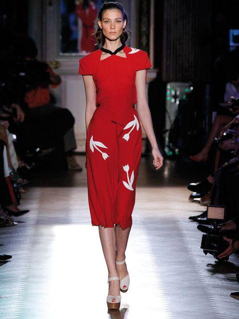 <p><strong>Roland Mouret</strong> se deja impregnar por el estilo holandés. Destacamos las originales formas de la parte superior, que aportan un toque muy especial al vestido. </p>