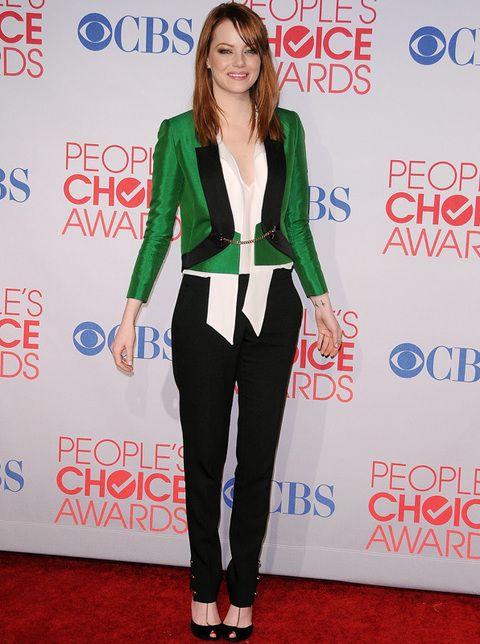 <p>Con vestido o con esmoquin, da igual,<strong> Emma Stone</strong> consigue estar perfecta siempre. En los People Choice Awards marcó la diferencia con este outfit masculino de <strong>Gucci primavera 2012</strong> en verde, blanco y negro con el que consiguió un look natural y elegante.</p>