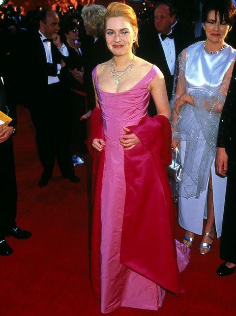 <p><strong>Kate Winslet</strong> es otra de las actrices que más ha evolucionado en su estilo.. y para bien. En 1996 lució un vestido rosa con fular fucsia nada favorecedor y moño alto que le ponía años.</p>
