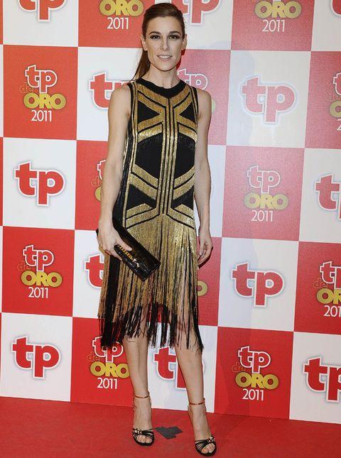 <p><strong>Raquel Sánchez Silva</strong> puso la nota de glamour a la noche con su vestido años 20 de flecos en negro y dorado firmado por <strong>Gucci</strong>.</p>