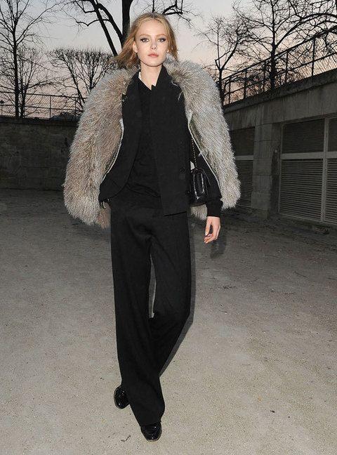 <p>Un<strong> total look negro</strong>, perfeccionado con un espectacular abrigo de piel.</p>