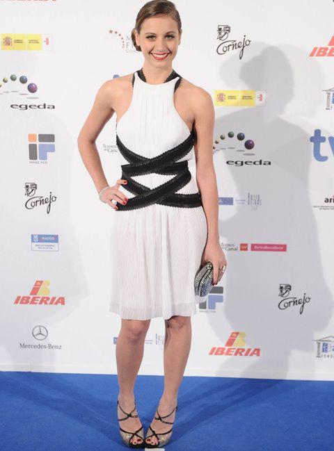 <p>Una de nuestras favoritas de la noche fue <strong>Michelle Jenner g</strong>racias a su vestido blanco con escote halter y drapeado en cintura con efecto cinta en negro. Tampoco falló en su peinado, un moño bajo lateral que es todo un<i> 'must have' </i>esta temporada. <strong>Complementos deluxe: </strong>también nos quedamos con su <i>clutch </i>plata y sus sandalias peep toes cruzadas.</p>