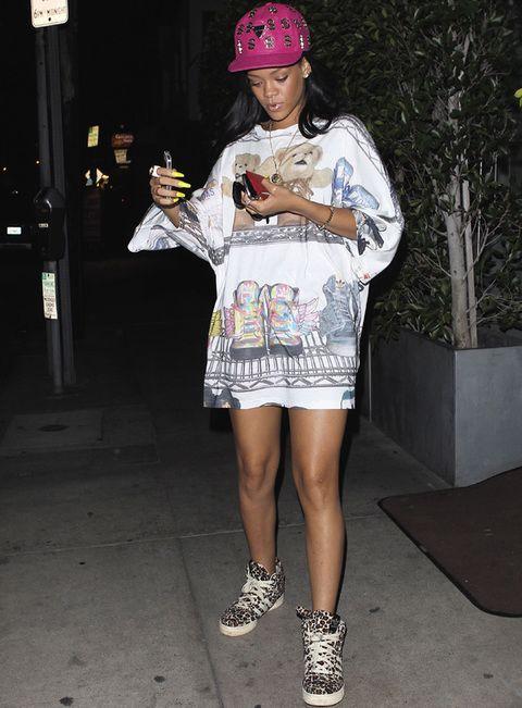 <p>De vez en cuando <strong>Rihanna</strong> nos regla este tipo de looks raros muy suyos: camisola con osos, deportivas 'print animal' y gorra fucsia con el símbolo del dólar.</p>