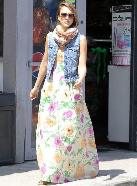 <p>En un maxivestido, en tonos pastel y combinado con un chaleco denim. Pura tendencia el look de <strong>Jessica Alba</strong> para un día de primavera.</p>
