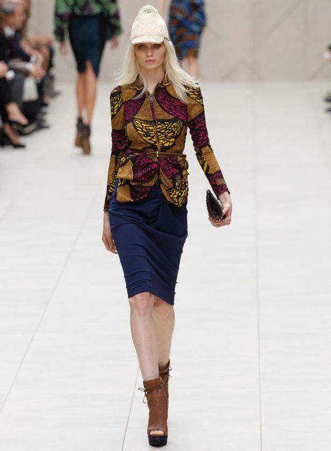 <p><strong>Burberry Prorsum</strong> nos propone esta ajustada falda azul marino en combinación con una chaqueta que emula tejidos vegetales y unas originales plataformas</p>