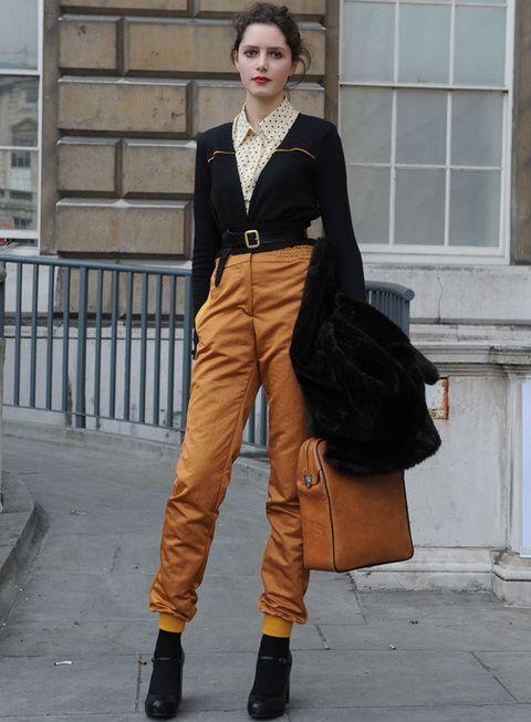 <p>Pantalones mostaza, camisa de topos y chaqueta navy con un detalle a juego con los pantalones. Un outfit de 10.</p>