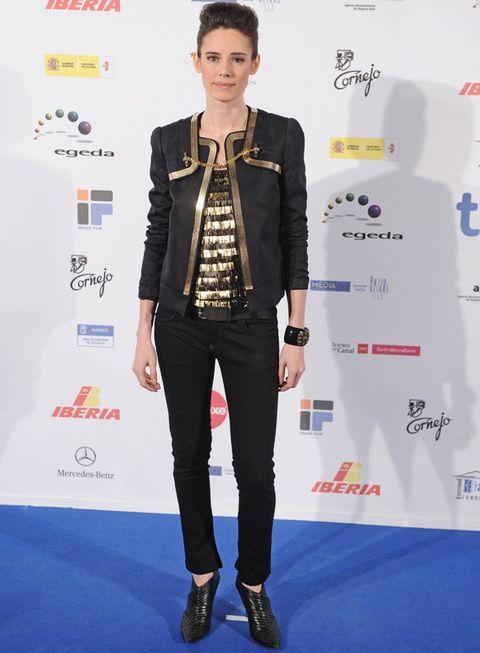 <p><strong>Pilar López de Ayala</strong> muy rockera con pitillos negros, camiseta de rayas en dorado y negro, chaqueta a juego, botines de punta y maxibrazalete. Últimamente la actriz no se separa de su característico tupé en ninguna alfombra roja.</p>