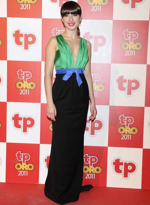 <p>Una elegante <strong>María Valverde</strong> con vestido largo de pronunciado escote en verde, azul y negro firmado por <strong>Dsquared</strong>.</p>