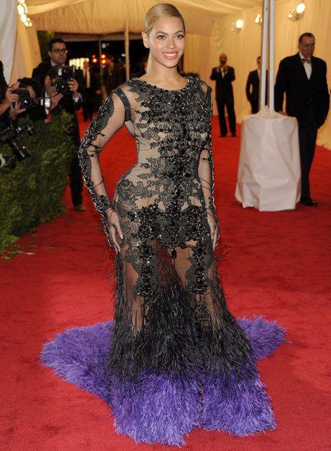 <p>Beyonce y su&nbsp&#x3B;<strong>Givenchy Couture</strong> acapararon toda la atención con su cuerpo de pedrería, plumas y unas transparencias que dejaban poco a la imaginación... Muy Beyonce, muy excesivo y poco elegante.</p>