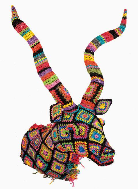 <p>Koudou Crocheté está hecho con bolsas de plástico recicladas. De Mahatsara, 2.990 €. </p>