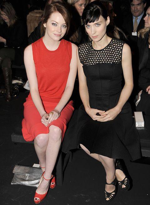 <p>Las actrices <strong>Emma Stone y Rooney Mara</strong> posan juntas en el desfile de <strong>Calvin Klein,</strong> ambas con look monocolor con minivestidos. Emma apuesta todo al rojo mientras que Rooney, cómo no, lo hace al negro.</p>