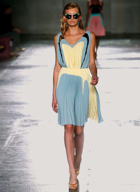 <p>Cómodo y fresco este vestido de colores pastel de <strong>Prada.</strong> Toma nota de las originales gafas de estilo vintage con remates verde ácido.</p>