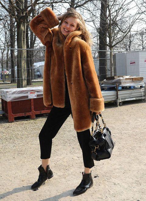 <p>Nos encanta cómo ha combinado la modelo el<strong> abrigo de pelo y tobilleros negros.</strong></p>
