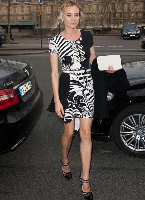 <p>En la semana de la Alta Costura en París vimos a&nbsp&#x3B;<strong>Diane Kruger </strong>en el desfile de<strong> Atelier Versace primavera 2012 </strong>con este minivestido estampado <strong>Versace Resort 2012 </strong>en blanco y negro que combinó con sandalias negras de <strong>Versus p</strong>rimavera 2012 y minicinturón en blanco. Una vez más, perfecta.</p>