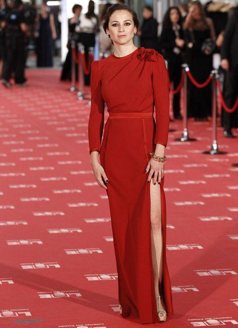 <p><strong>Leonor Watling</strong> acertó con su vestido rojo cerrado, con abertura en la falda y original lazo en el hombro 'made in' <strong>Miriam Ocáriz.&nbsp&#x3B;</strong></p>